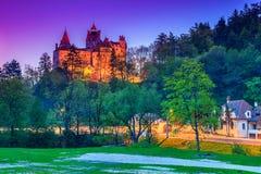 Nattsikt av den medeltida berömda Dracula slotten, kli, Transylvania, Rumänien Arkivbild