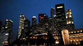 Nattsikt av den Merlion statyn, gränsmärke av Singapore Royaltyfri Fotografi