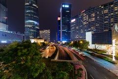 Nattsikt av den Mingzhuta vägen i centrum av Shanghai, Kina Arkivbilder