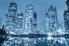 nattsikt av den moderna arkitektur och reflexionen på det centrala gröna bältet för lujiazui i shanghai Arkivbilder