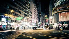 Nattsikt av den moderna stadsgatan med rörande bilar Hong Kong Tid schackningsperiod stock video