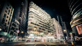 Nattsikt av den moderna stadsgatan med rörande bilar Hong Kong Tid schackningsperiod lager videofilmer