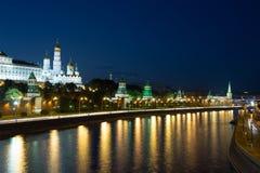 Nattsikt av den Moskva floden och Kreml, Ryssland, Moskva Royaltyfri Fotografi