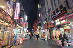 Nattsikt av den Myeongdong gatan i Seoul, Sydkorea Royaltyfri Bild
