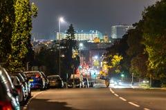 Nattsikt av den Northampton vägen med cityscapebakgrund arkivfoton