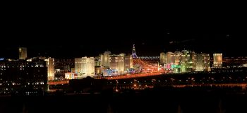 Nattsikt av den nya boulevarden. Ashkhabad. Turkmenistan Arkivbilder