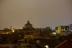 Nattsikt av den Palatul Patriarhiei kupolen Arkivfoton