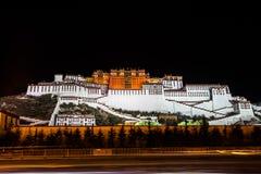 Nattsikt av den Potala slotten Arkivbilder