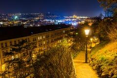Nattsikt av den prague slotten och järnvägsbron över vltava/moldaufloden i prague som uppifrån tas av vysehradslott Royaltyfri Fotografi