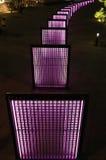 Nattsikt av den purpurfärgade belysningen för parkera` s Arkivfoton