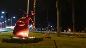 Nattsikt av den röda kupidonstatyn i Miraflores, Lima, Peru royaltyfri fotografi