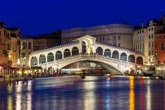 Nattsikt av den Rialto bron och Grand Canal i Venedig Arkivbilder