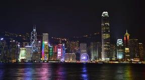 Nattsikt av den skyskrapaHong Kong ön royaltyfria bilder