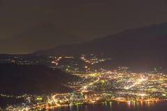 Nattsikt av den Suwa staden och Mt fuji Royaltyfria Bilder