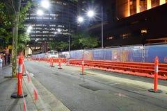 Nattsikt av den sydostliga ljusa zonen för stångkonstruktion längs George Street Royaltyfria Foton