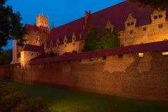 Nattsikt av den Teutonic beställningsslotten i Malbork, Polen Royaltyfria Foton