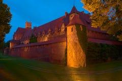 Nattsikt av den Teutonic beställningsslotten i Malbork, Polen Royaltyfri Bild