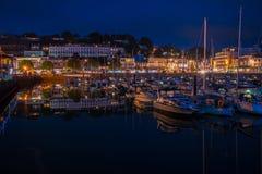 Nattsikt av den Torquay hamnen, södra Devon, UK Royaltyfri Bild