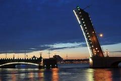 Nattsikt av den Troitsky bron i St Petersburg Arkivfoton