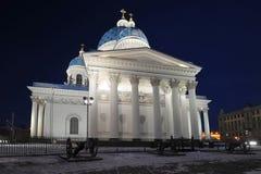 Nattsikt av den Troitsky domkyrkan Royaltyfri Bild