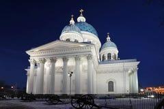 Nattsikt av den Troitsky domkyrkan Arkivbild