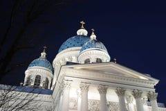 Nattsikt av den Troitsky domkyrkan Arkivbilder
