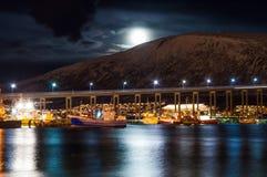 Nattsikt av den Tromso bron med ljus i staden av Tromso in Arkivbilder