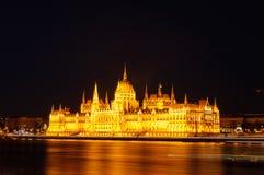 Nattsikt av den upplysta byggnaden av den ungerska parlamentet i Budapest Arkivfoto