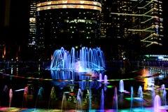 Nattsikt av den upplysta sjungande springbrunnen i centrum av Gu Royaltyfri Foto