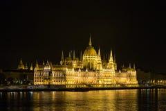 Nattsikt av den upplysta ungerska parlamentbyggnaden i Budapest, land av Europa hungary Arkivfoton