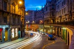 Nattsikt av den victoria gatan i edinburgh, Skottland fotografering för bildbyråer