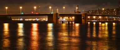 Nattsikt av den Volodarsky bron i St Petersburg Royaltyfri Fotografi