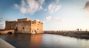 Nattsikt av det Paphos slottet Royaltyfri Bild