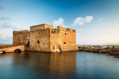 Nattsikt av det Paphos slottet Royaltyfri Fotografi