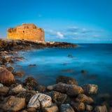 Nattsikt av det Paphos slottet Arkivbild