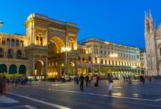 Nattsikt av det Vittorio Emanuele II gallerit och piazza del Duomo från taket av duomoen i Milan Fotografering för Bildbyråer