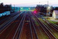 Nattsikt av direkta järnvägspår arkivfoto