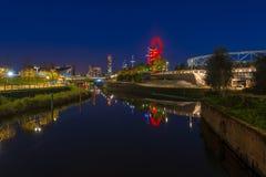 Nattsikt av drottningen Elizabeth Olympic Park, London UK Royaltyfri Fotografi
