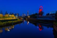 Nattsikt av drottningen Elizabeth Olympic Park, London UK Arkivbild