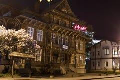 Nattsikt av en gammal träbyggnad av museet i Truskavets Royaltyfri Foto
