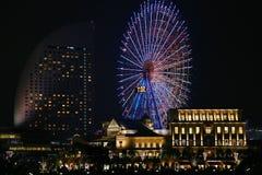 Nattsikt av en pariserhjul och byggnaden Royaltyfri Foto