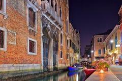 Nattsikt av en Venedig kanal Arkivbilder