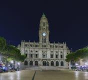 Nattsikt av fasaden av stadshuset av Porto, Arkivbilder