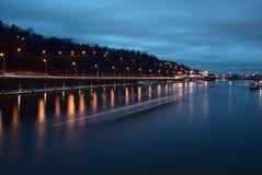 Nattsikt av floden i Prague Royaltyfria Bilder