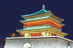 Nattsikt av forntida kinesisk byggnad fotografering för bildbyråer