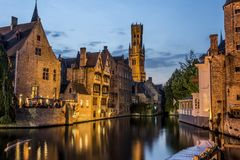 Nattsikt av gamla Brugges arkivfoton