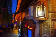 Nattsikt av gatalampan för traditionell kines i Lijiang Arkivbilder