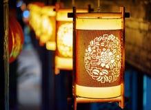 Nattsikt av gatalyktor för traditionell kines i Lijiang Royaltyfri Foto