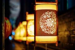 Nattsikt av gatalyktor för traditionell kines Lijiang arkivfoton
