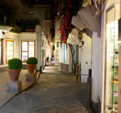 Nattsikt av gatan i Capri Arkivbild